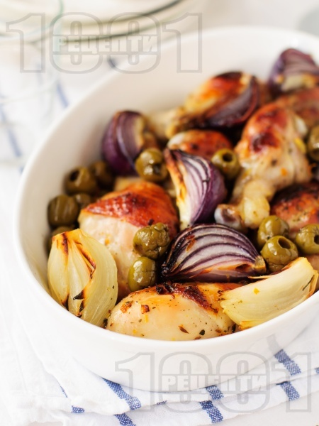 Печени пилешки бутчета на фурна с подправки, маслини и червен лук - снимка на рецептата